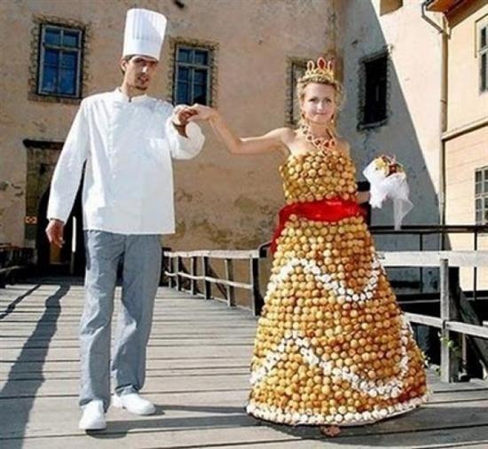 Bánh cưới quá đắt, không sao cả, như thế này sẽ là một công đôi việc.