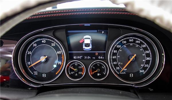 Nội thất và cụm tay lái, đồng hồ củaBentley Continental GT V8 S. (Ảnh: internet)