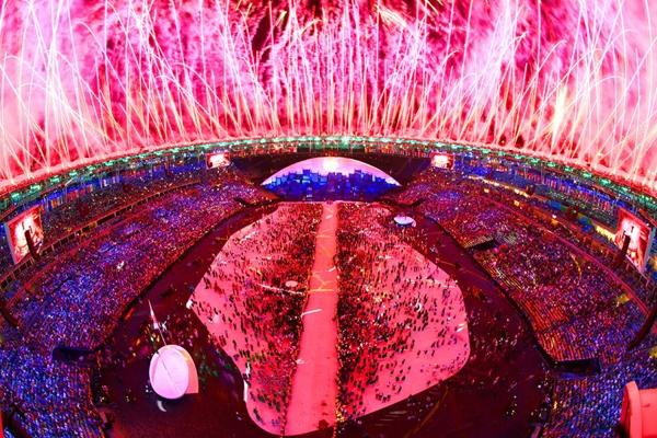 Sân vận động rực rỡ pháo hoa trong Lễ khai mạc Olympic Rio 2016 tại Rio de Janeiro, Brazil.