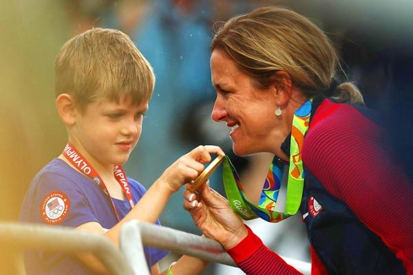Kristin Armstrong, vận động viên người Mỹđoạt huy chương vàng ở tuổi42 chonội dung đua xe đạp tính giờ nữ đang chia sẻniềm vui chiến thắng với cậucon trai Lucas 5 tuổi.