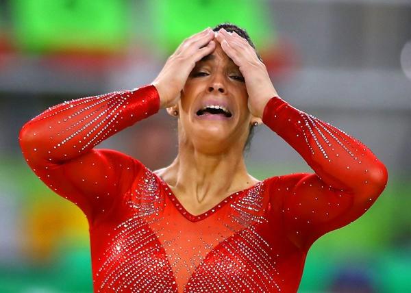 Alexandra Raisman, vận động viên người Mỹ vỡ òa sau khi hoàn thành phần thi của mình cho nội dung biểu diễn trên sàn nữ vòng chung kết vào ngày thứ 6 của Thế vận hội.