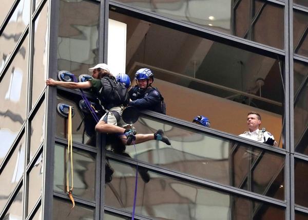 Các nhân viên cảnh sát thành phố New York cố gắng kéo 1 người đàn ông khỏi cửa sổ khi anh ta leo lên cánh phía đông của tòa nhà Trump. Một phát ngôn viên của cảnh sát cho biết các nhân viên đã đáp lại chủ tòa nhà chọc trời trùng tên vớiDonald Trump ở đại lộ thứ 5,Manhattan nhưng không có thêm thông tin gì.Tòa nhà 58 tầng vừa là trụ sở cho cácchiến dịch ứng cử vị trítổng thống và vừa là nơicư trú cá nhân của ứng cử viênđảng Cộng hòa.