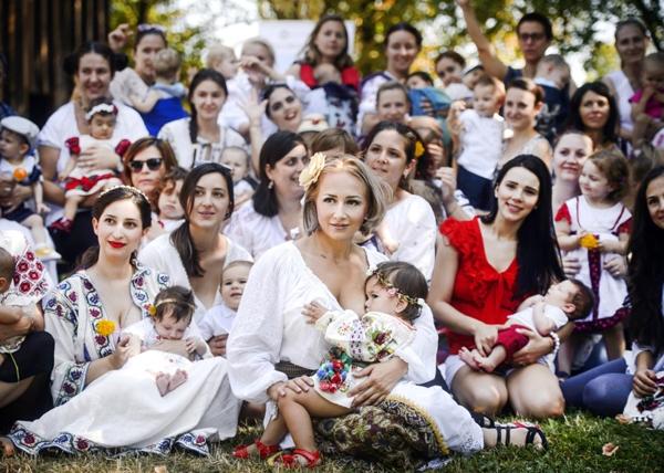 Những người phụ nữ này đangcho con mình bú tại 1 sự kiện khuyến khích các bà mẹ cho con bú ở nơi công cộng trong suốt Tuần lễ cho con bú thế giới tạiBucharest, Romania.