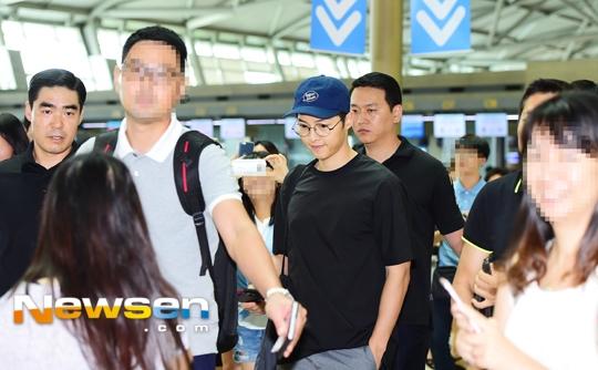 Song Joong Ki hóa Harry Potter siêu ngơ tại sân bay