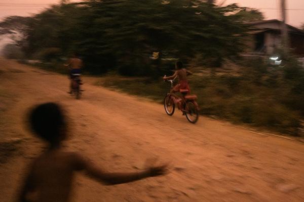 Thông thường, độ tuổi trung bình của các võ sĩ Kun Khmer là 14-25. Tuy nhiên, để kiếm tiền giúp đỡ gia đình, rất nhiều trẻ em mới 6-12 tuổi đã tham gia thi đấu vì hầu hết gia đình đều rất nghèo.
