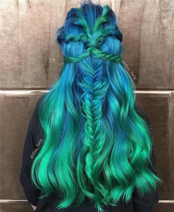 1. Mái tóc xoăn tựa những gợn sóng nhẹ trên đại dương xanh ngát.