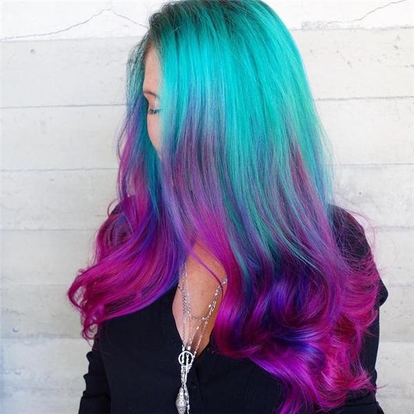 3. Không chỉ là phương tiện để các cô gái bộc lộ cá tính mà tóc nàng tiên cá còn được xem như điểm nhấn trang trí cho cuộc sống thêm sôi động.