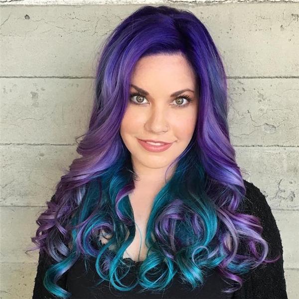 4. Những lọn tóc màu như làm khuôn mặt sáng bừng lên.