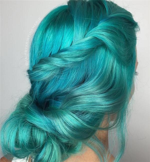 7. Không cần nhuộm ombre hay highlight, mái tóc này vẫn hết sức nổi bật giữa phố đông.