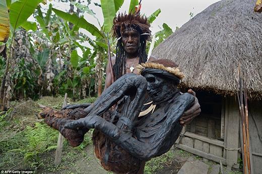 Hình ảnh tộc trưởng giữ xác ướp của người được cho là tổ tiên của bộ tộc đã khiến giới khoa học và cộng đồng mạng chú ý.