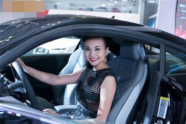 Ngoài ra, Thanh Hằngcòn sở nhiều xế hộp hạng sang. Cô từng khiến nhiều người choáng ngợp khi xuất hiện bên chiếc xe Audi có giá 1,5 tỉ. - Tin sao Viet - Tin tuc sao Viet - Scandal sao Viet - Tin tuc cua Sao - Tin cua Sao
