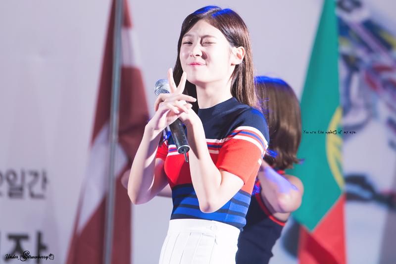 Biểu cảm đáng yêu của Chaeyeon tại sự kiện. (Ảnh: Internet)
