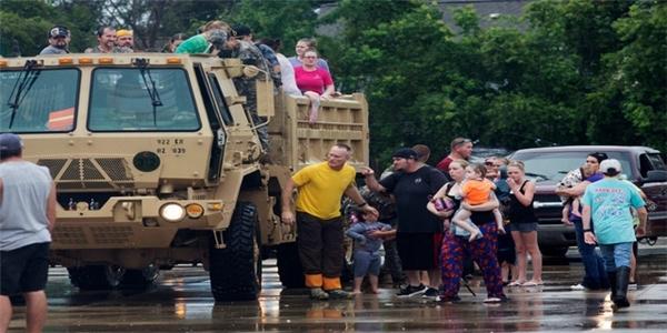"""Tổng thống Obama đã công bố tình trạng khẩn cấp sau sự tấn công của cơn lũ """"quái vật"""" cuối tuần qua"""