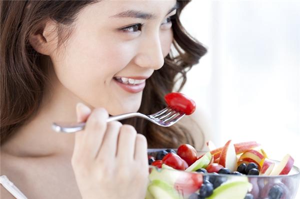 Cà chua chứa nhiều vitamin A, C, B6 hỗ trợ trị sẹo rỗ hiệu quả. Bạn có thể trực tiếp ăn sống cà chua hoặc chế biến thành các món ăn từ cà để bổ sung cho bữa ăn hàng ngày.
