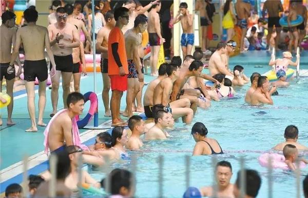 Toàn bộ các hồ bơi tại Thành Đô đều đông nghịt người, rất nhiều người không mua được phiếu vào bể bơi.