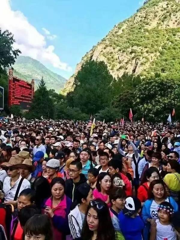 Công viên quốc gia Cửu Trại Câu, Tứ Xuyên, nơi được mệnh danh là thế giới thần tiên với cảnh đẹp như chốn thiên đường giờ đây chỉ toàn người và người.