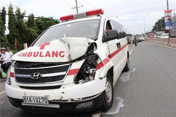 Xe cứu thương chở thi thể gây tai nạn liên hoàn trên Quốc lộ 13