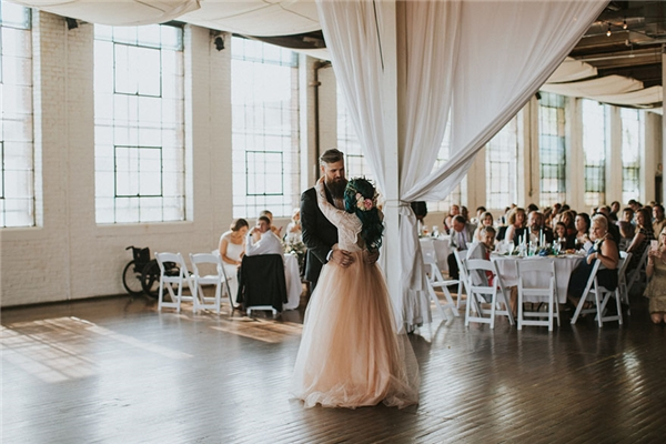 Xúc động cô dâu ngồi xe lăn 8 năm bất ngờ đứng dậy trong hôn lễ