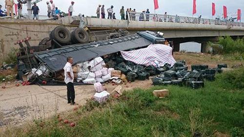 Hiện trường vụ lật xe tải chở hoa quả tại Quảng Bình.