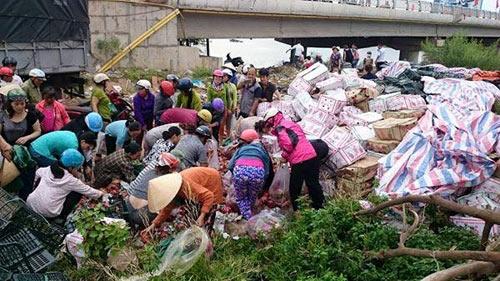 Lật xe tải hoa quả, người dân Quảng Trị hò nhau mua giúp