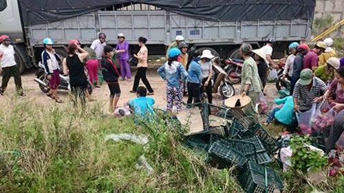 Sau khi dọn dẹp, dân tình đề nghị giúp đỡ chủ xe bằng cách thu mua lại số hoa quả bị dập nát với giá cả vô cùng sòng phẳng.