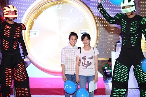 Trong hoạt động khai trương, Cititime mang đến màn biểu diễn đặc sắc của 2 chú Robot đèn led.