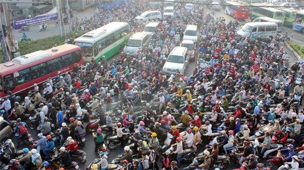 Vicky khá sốc khi thấy cảnh tượng giao thông của Sài Gòn.