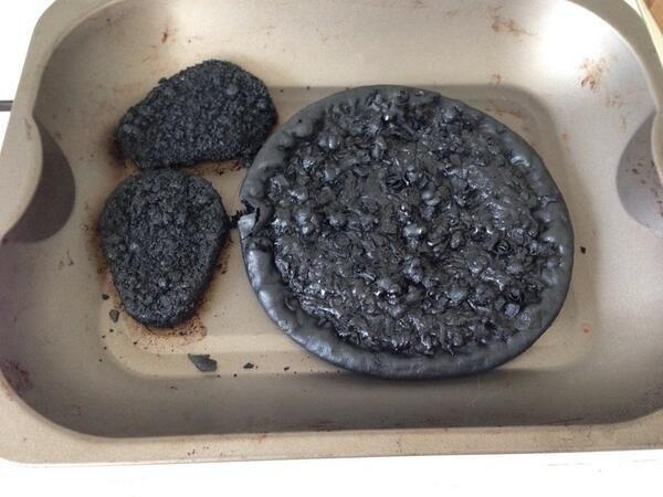 Cháy đều cả bánh và cháy hết cả khay luôn, không phải ai cũng làm được như thế này đâu nhé.