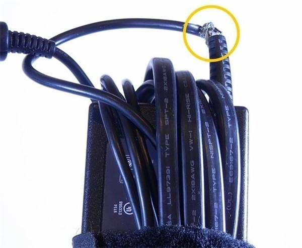 Sạc laptop thường hay đứt ở các điểm gần với cục sạc. (Ảnh: internet)