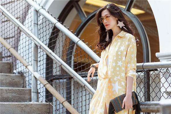 Bộ váy phom rộng của Thùy Dung trông khá lạ mắt bởi cấu trúc bất đối xứng cùng những đường xẻ tà, xẻ ngực sâu hút. Sắc vàng ấm áp mang lại vẻ ngoài ngọt ngào cho Hoa hậu Việt Nam 2008.