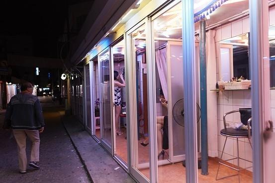 Do luật pháp Hàn Quốc cấm mọi hình thức mua bán nàynên các khu phố đèn đỏ ở thủ đô Seoul tương đối vắng lặng hơn so với những nước khác trong khu vực.