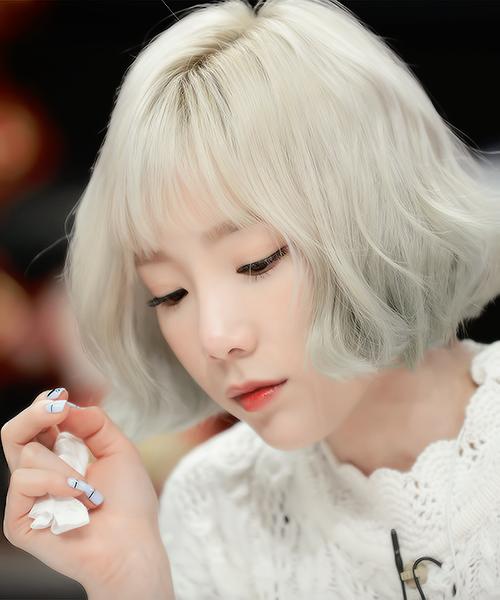 Trông Tae Yeon không khác gìnàng búp bê Nhật Bản với mái tóc ngắnngang bằngtai.
