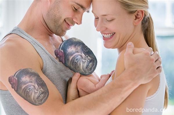 """Cặp đôi đang rất hạnh phúc với đứa con bé bỏng mang một chiếc mặt nạ """"không thốt nên lời""""."""