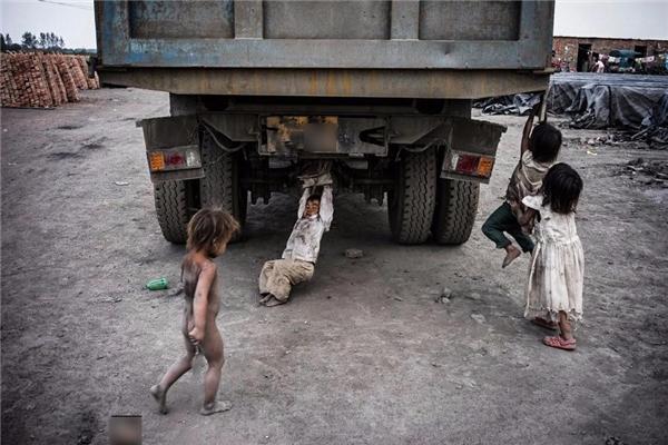 """Đói nghèo """"ăn mòn"""" sức khỏe và tước đi cơ hội đến trường của các em."""