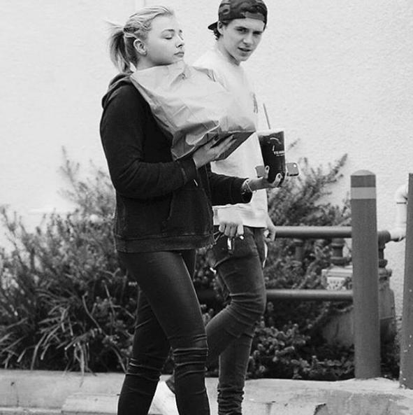 """Brooklyn tỏ ra rất hạnh phúc, hình ảnh của cặp đôi được chàng trai chia sẻ lên trang cá nhân của mình với những lời nhắn đầy tình cảm. Từ khi hẹn hò, cả hai thường xuyên tay trong tay, tình yêu tuổi trẻ đầy cuồng nghiệt của Brooklyn và Chloe đã được báo chí nước ngoài ca ngợi là """"Cặp đôi lãng mạn nhất Hollywood""""."""