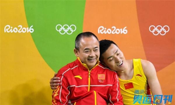 Ngày 13/8/2016, một hình ảnh đẹp tại Rio de Janeiro khi VĐV thể dục dụng cụ Dong Dong ngồi dựa vào HLV Cai Guang Liang đầy thân thiện. Chàng trai 27 tuổi này giành Huy chương bạc nội dung Nhào lộn trên bạt lò xo tại Olympic 2016.