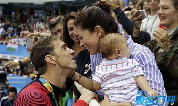 Hồi tháng 2 năm ngoái, Michael Phelps kết hôn và cô vợ Nicole đã sinh cho anh một em bé đáng yêu có tên Boomer. Tại Thế vận hội năm nay, Nicole đến Rio để cổ vũ cho ông xã với bé Boomer trong vòng tay. Với sự hỗ trợ tinh thần này, siêu kình ngư người Mỹ giành hết thành công này đến thành công khác. Kết thúc cuộc thi, cả hai trao cho nhau một nụ hôn trìu mến trước sự chứng kiến của đông đảo người hâm mộ trong nhà thi đấu.