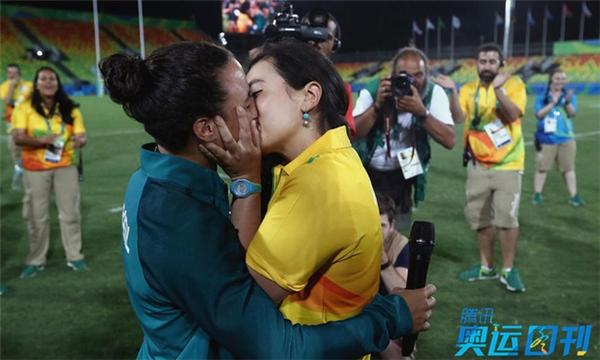 Tình yêu không phân biệt giới tính. Tại Olympic 2016, nữ quản lý SVĐ ở Rio de Janeiro Marjorie Enya có màn cầu hôn cầu thủ đội bóng bầu dục nữ Brazil Isadora Cerullo. Đây là cuộc tình giữa hai người đồng tính.