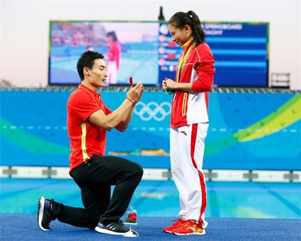 Nữ vận động viên người Trung Quốc Tư Hà vừa giành Huy chương bạc ở nội dung nhảy cầu 3m ván mềm đơn nữ tại Olympic Rio 2016. Cô bất ngờ nhận được món quà đặc biệt khi người bạn trai Khải Tần quỳ xuống và xin cầu hôn. Màn cầu hôn đặc biệt này của Khải Tần khiến Tư Hà rơi nước mắt vì xúc động.