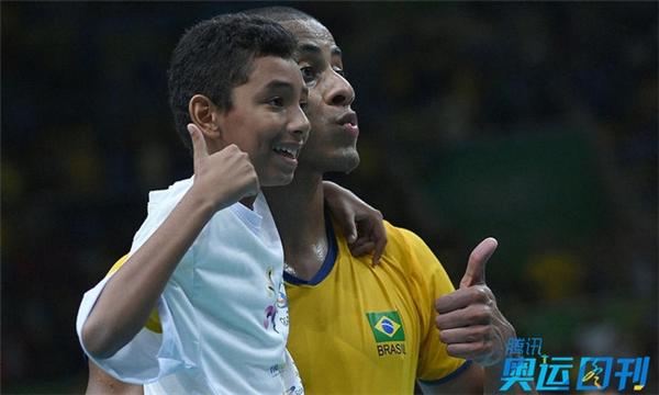 Sau trận thắng Canada 3-1 của đội tuyển bóng chuyền nam Brazil, một cậu bé chạy vào sân với ý định ăn mừng cùng đội bóng. Các nhân viên đã ngăn cậu bé lại, nhưng một cầu thủ Brazil đã lại gần và dành cho CĐV đặc biệt này một khoảnh khắc tuyệt vời mà có lẽ cậu bé sẽ còn được lưu giữ suốt cuộc đời.