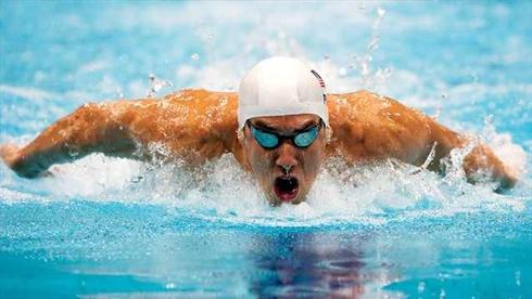 Giới trẻ tái hiện động tác khó nhằn của kình ngư Michael Phelps