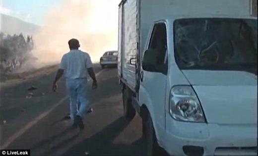 Chiếc xe tải màu trắng gây ra tai nạn bị vỡ mộtmảng kiếng khá lớn.