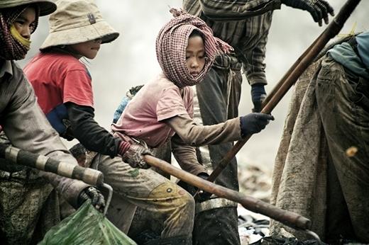 Hàng trăm đứa trẻ phải lặn ngụp kiếm ăn từng ngày trên những đống rác khổng lồ ở Campuchia.
