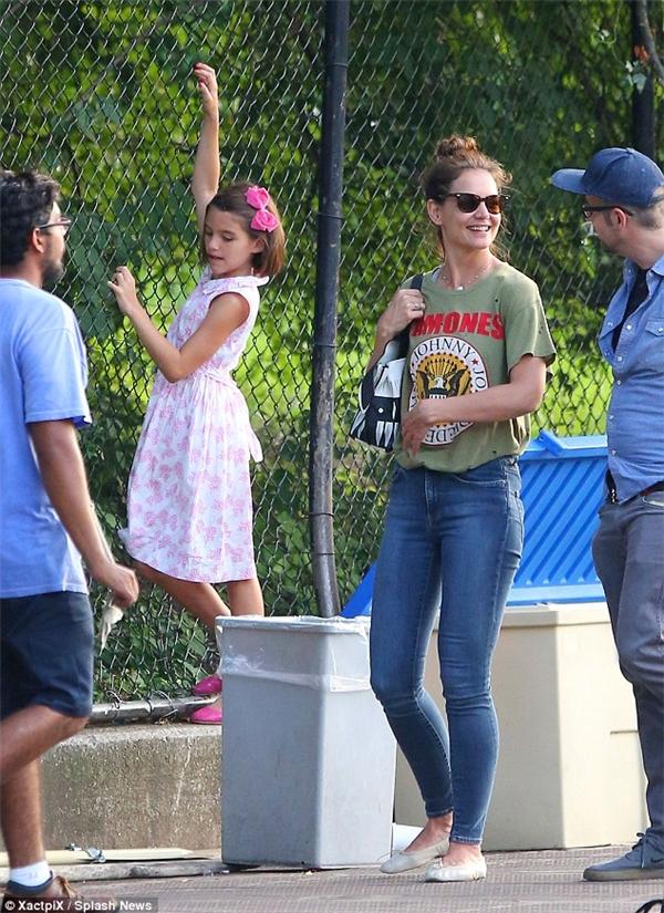 Suri trông vô cùng ngọt ngào và đáng yêu trong chiếc đầm hồng, còn Katie lại giản dị với áo T-shirt và quần jeans.