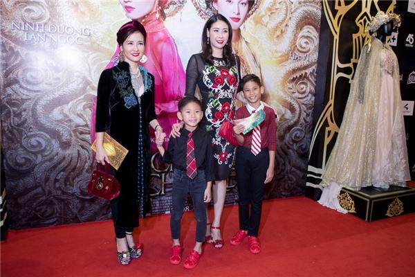 """Hoa hậu Hà Kiều Anh đưa hai con trai đến xem phim. Cô vui mừng khi hội ngộ """"nàng Bống"""" Hồng Nhung. - Tin sao Viet - Tin tuc sao Viet - Scandal sao Viet - Tin tuc cua Sao - Tin cua Sao"""