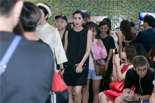 """""""Ngọc nữ"""" màn ảnh Việt gây bất ngờ khi xuất hiện khá âm thầm. Cô hòa lẫn vào những khách mời để tránh sự chú ý của truyền thông. - Tin sao Viet - Tin tuc sao Viet - Scandal sao Viet - Tin tuc cua Sao - Tin cua Sao"""