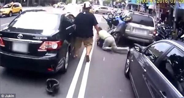 """Màn """"mô tô bay"""" bất đắc dĩ của người lái xe ô tô.(Ảnh: DailyMail)"""