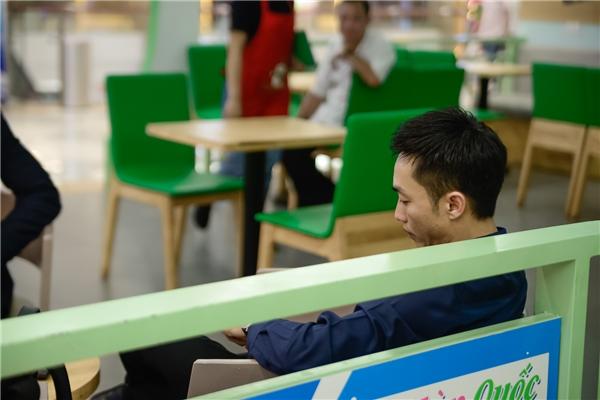 Chọn một góc cafe yên tĩnh và tránh sự chú ý của báo chí, Cường Đô La lặng lẽ ngồi đợi đến lúc vào rạp chiếu phim. - Tin sao Viet - Tin tuc sao Viet - Scandal sao Viet - Tin tuc cua Sao - Tin cua Sao