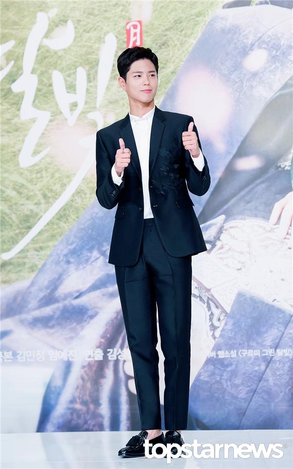 Park Bo Gum và Kim Yoo Jung tình tứ hết cỡ khiến fan phát sốt