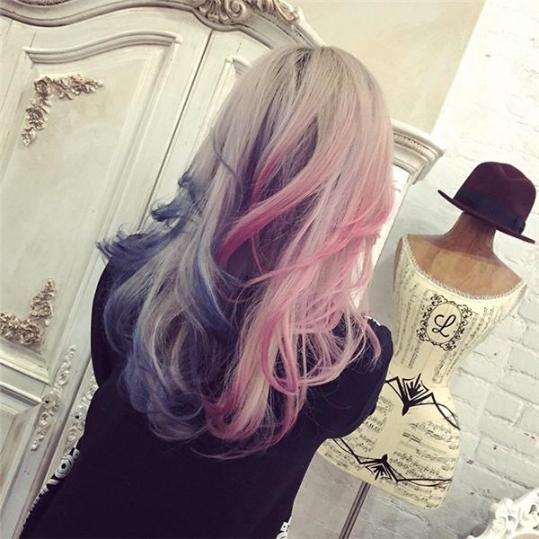 Tóc nhuộm bạc kết hợp ombre nhẹ đuôi xanh đỏ được biến tấu từ kiểu tóc của nàng Harley Quinn này sẽ giúp bạn thu hút mọi ánh nhìn ở bất cứ đâu.